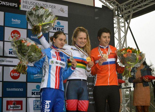 Tři nejlepší ze závodu žen do 23 let na MS v belgickém Heusden-Zolderu. Zleva stříbrná Nikola Nosková, uprostřed vítězka Evie Richardsová a vpravo bronzová Maud Kaptheijnsová.