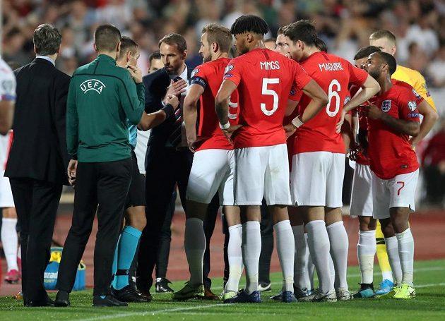 Angličtí fotbalisté a jejich trenér Gareth Southgate diskutují s rozhodčím Ivanem Bebekem během utkání kvalifikace EURO 2020 v Bulharsku kvůli rasistickému chování fanoušků.