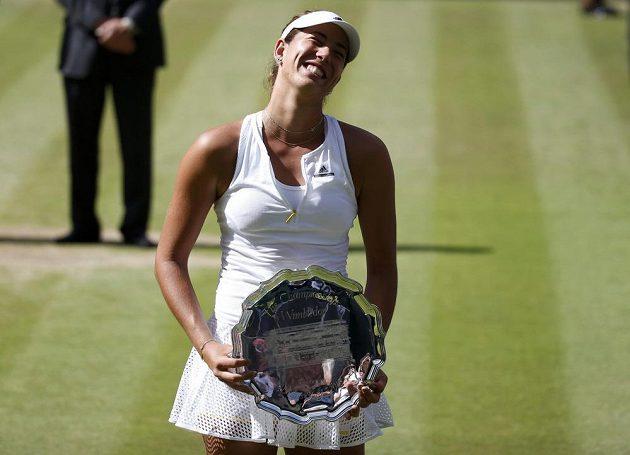 Španělka Garbiňe Muguruzaová rozesmátá po zápase proti Sereně Williamsové při letošním Wimbledonu.