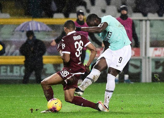 Kanonýr Interu Milán Romelu Lukaku střílí gól v utkání italské ligy.