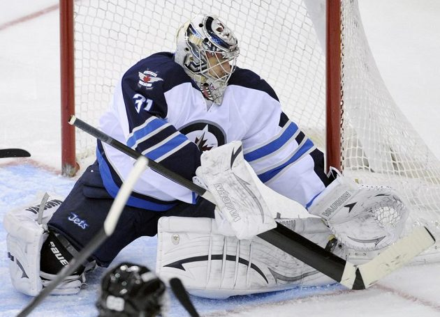 Brankář Ondřej Pavelec se pětadvaceti zákroky zasloužil o výhru Winnipegu na ledě New Jersey.