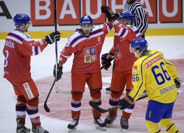 Milan Gulaš (druhý zleva) přijímá gratulace od svých spoluhráčů po premiérové trefě v národním týmu.