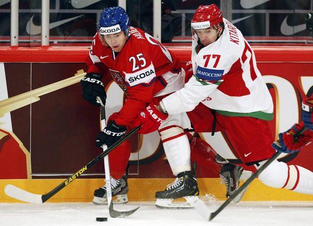 Český útočník Jiří Hudler v souboji s Alexanderem Kitarovem z Běloruska.