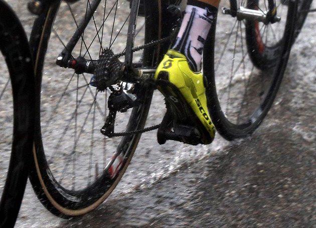 Účastníky Tour v páteční etapě mezi Maubourguetem a Bergeracem vydateně prověřilo i nepříznivé počasí.