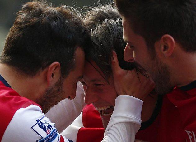 Tomáš Rosický z Arsenalu (uprostřed) se raduje společně se spoluhráčem Cazorlou (vlevo) ze vstřelení gólu do sítě WBA.