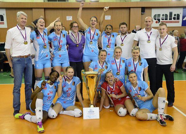Volejbalový tým Prostějova s pohárem.