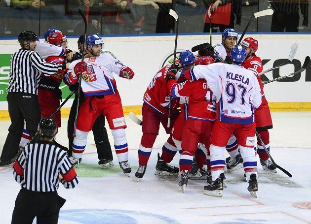 Hromadná potyčka mezi českými a ruskými hokejisty.