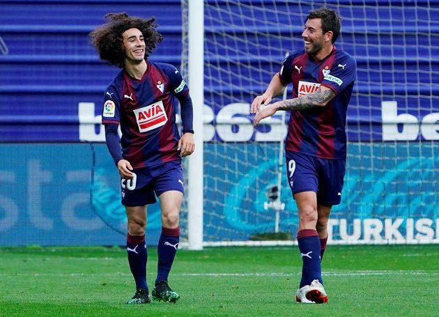 Fotbalisté Eibaru se radují z branky