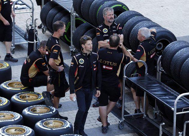 Pilot Lotusu Romain Grosjean (vpředu) prochází paddockem na okruhu v Soči.