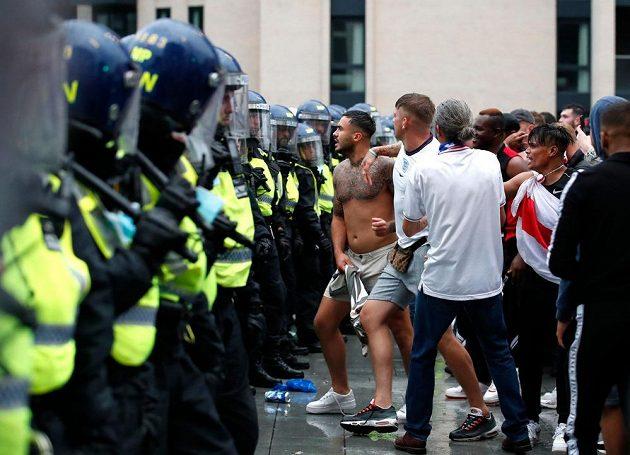 Divočina během finále fotbalového EURO, policie měla hodně práce.