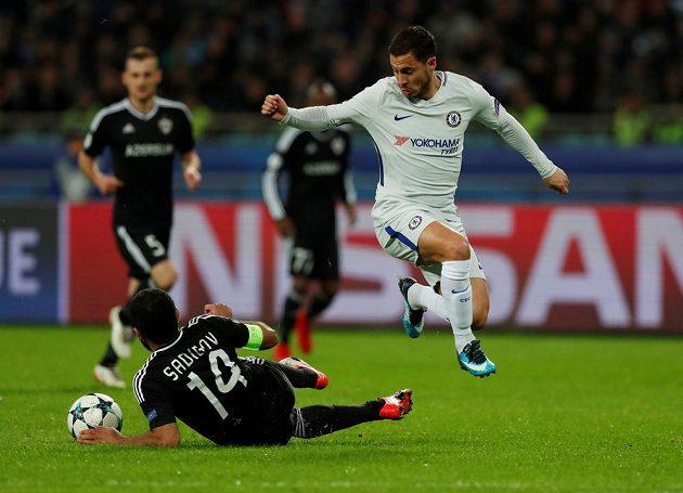 Eden Hazard z Chelsea přeskakuje ležícího Rashada Sadygova z Karabachu.