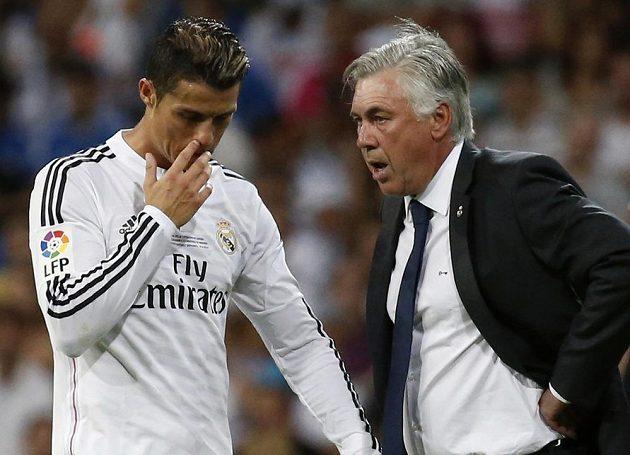 Opora Realu Madrid Cristiano Ronaldo (vlevo) poslouchá pokyny od trenéra Carla Ancelottiho.