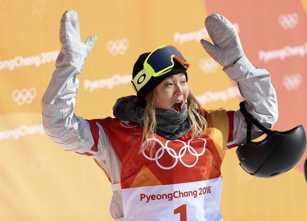 Tradiční gesto vítězky - ruce nad hlavou. Olympijské zlato v U-rampě získala sedmnáctiletá americká snowboardistka Chloe Kimová.