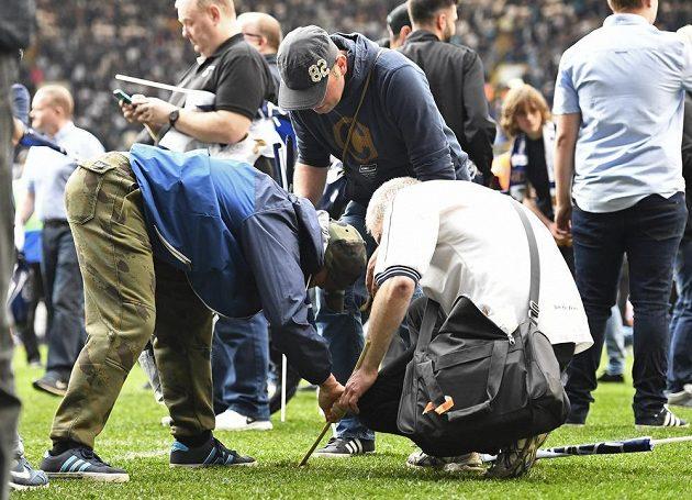 Fanoušci Tottenhamu si po posledním zápase svého klubu na stadiónu White Hart Lane odnášeli domů kromě dobrého pocitu z výhry nad Manchesterem United často i kus trávníku.