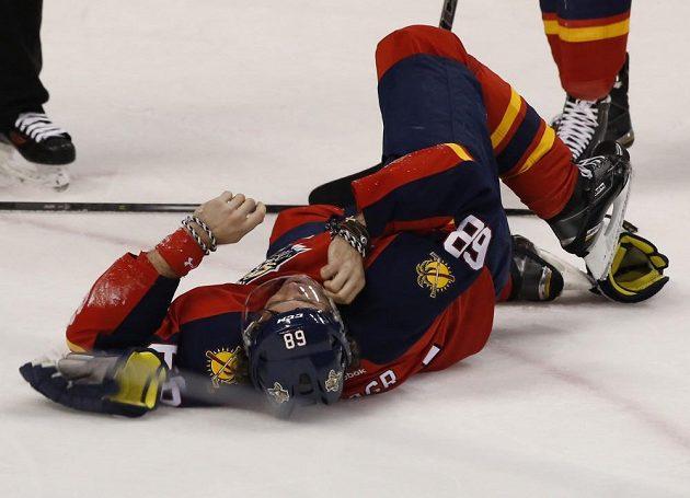 Jaromír Jágr z Floridy leží na ledě po zásahu Alexe Chiassona z Ottawy.