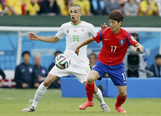 Nabíl bin Tálib z Alžírska (vlevo) a I Čong-jong z Jižní Koreje v utkání MS.