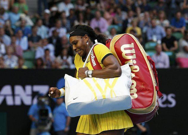 Spokojená Serena Williamsová opouští Rod Laver Arenu po semifinálovém vítězství nad Agnieszkou Radwaňskou.