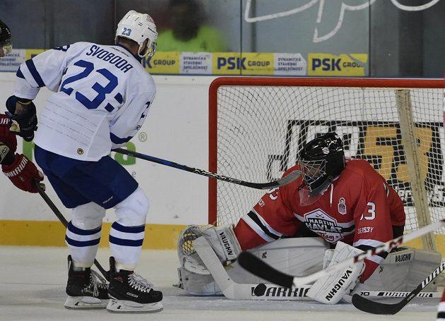 Útočník Komety Brno Tomáš Svoboda se snaží překonat fotbalového gólmana Petra Čecha v brance Martin Havlát Teamu.