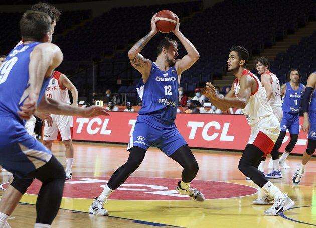 Ondřej Balvín (12) v utkání olympijské kvalifikace s Turky.