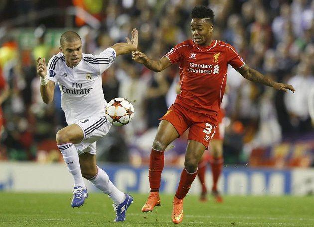 Liverpoolský Raheem Sterling (vpravo) a Pepé z Realu Madrid v utkání Ligy mistrů.