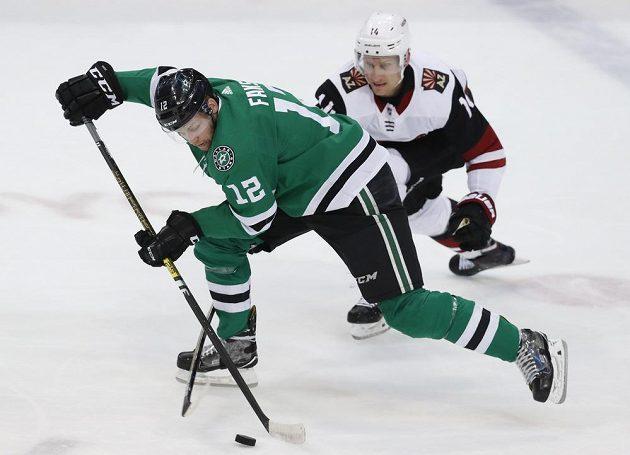 Útočník Dallasu Stars Radek Faksa (12) se snaží ujet soupeři z Arizony v utkání NHL.