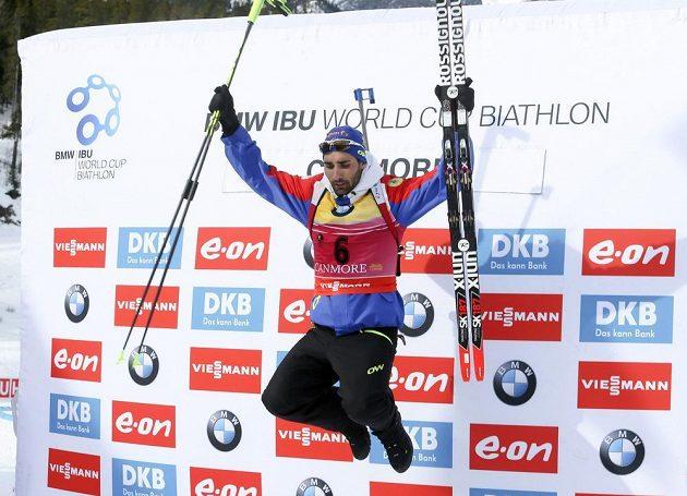 Biatlonista Martin Fourcade z Francie slaví vítězství ve sprintu v kanadském Canmore.