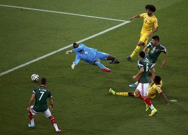 Gólová situace. Mexičan Oribe Peralta (19) překonává kamerunského brankáře Charlese Itandjeho (16).