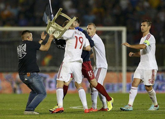 Na Albánce Bekima Balaje, který hájí barvy Slavie, útočí jeden z diváků Srbska židlí.