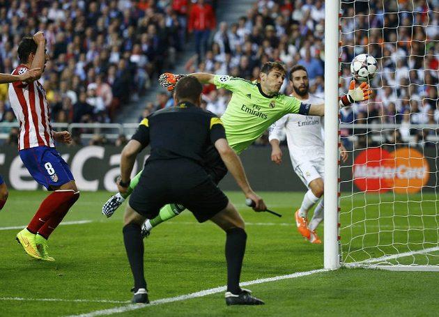 Brankář Realu Iker Casillas je překonán. Míč zvolna, ale nezadržitelně letí do sítě z hlavy Diega Godína (není na snímku).