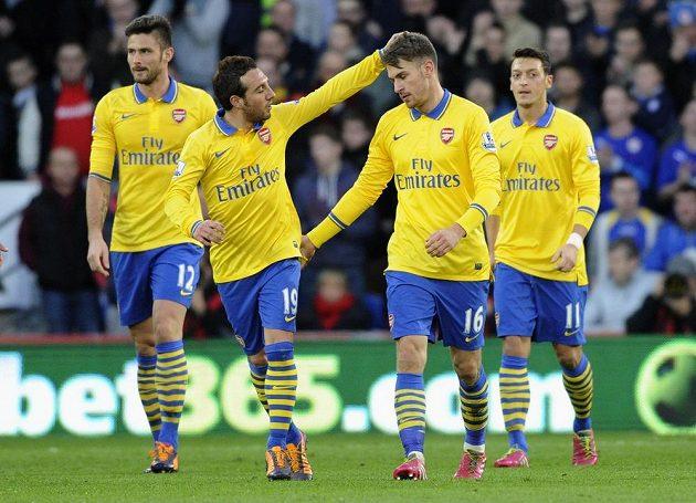 Fotbalisté Arsenalu Aaron Ramsey (druhý zprava), Olivier Giroud (vlevo), Santi Cazorla a Mesut Özil (vpravo) slaví gól proti Cardiffu.