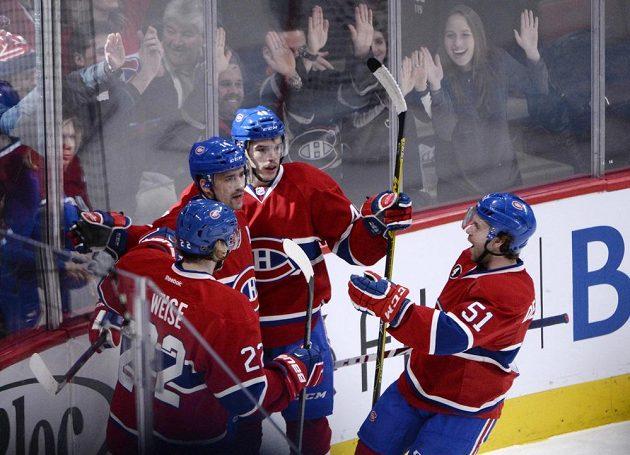 Centr Montrealu Plekanec (druhý zleva) se raduje po vstřeleném gólu