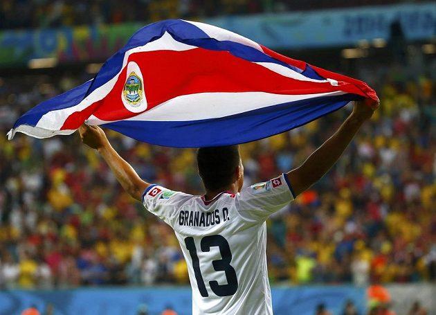 Kostaričan Oscar Esteban Granados se s vlajkou svojí země raduje z postupu do čtvrtfinále MS.