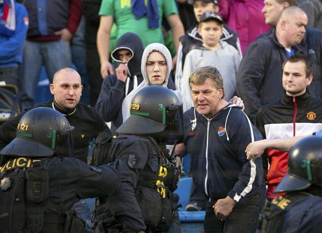 Policisté zasahují o přestávce zápasu Ostravy se Spartou v sektoru domácích fanoušků.