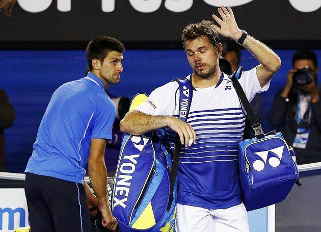 Zklamaný Stan Wawrinka (vpravo) se loučí s fanoušky na Australian Open po porážce od Novaka Djokoviče.