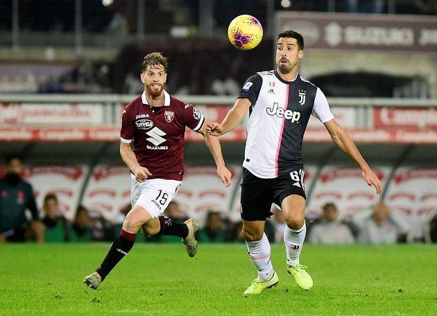Fotbalista Juventusu Sami Khedira v akci během turínského derby.