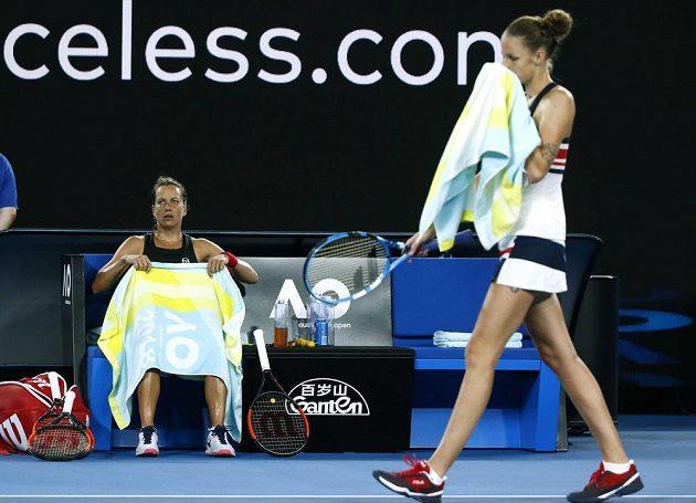 České tenistky Barbora Strýcová (vlevo) a Karolína Plíšková během osmifinále Australian Open.