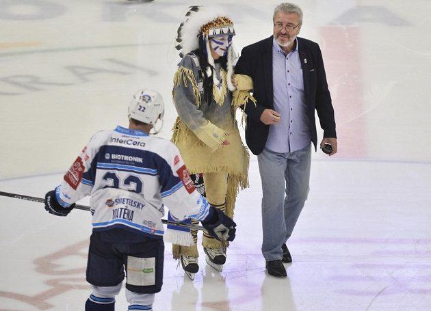 Slavnostní vhazování před zápasem Plzně s Litvínovem provedl bývalý reprezentant Bohuslav Ebermann.