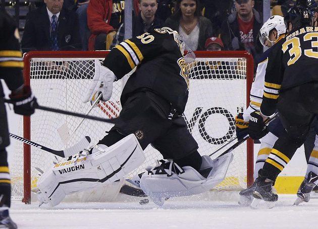 Útočník Evander Kane (9) z Buffala Sabres střílí gól do sítě Bostonu Bruins v zápase NHL. Všemu přihlíží slovenský obránce Zdeno Chára (33).