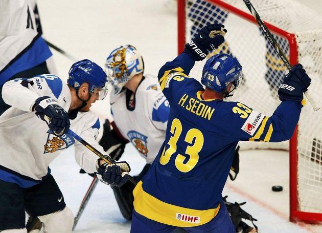 Švédský útočník Henrik Sedin slaví gól v síti Finska, který vstřelil Loui Eriksson (není na snímku).