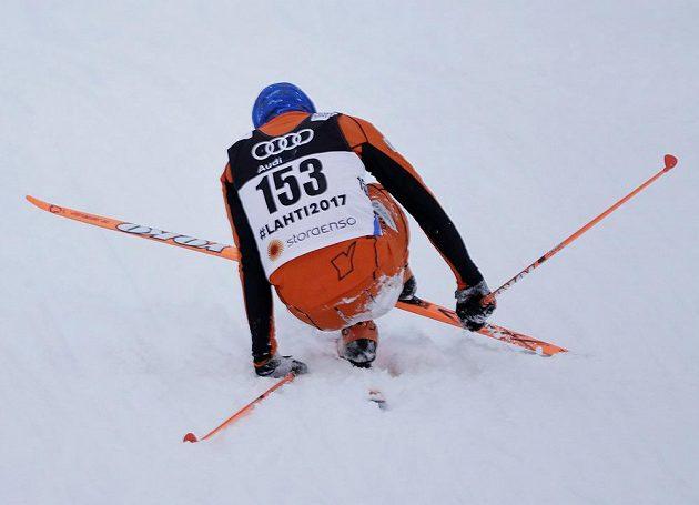 Venezuelan Adrian Solano měl problémy po pádech své lyže vymotat znovu do akce.