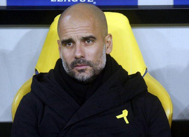 Pep Guardiola se žlutou stuhou při pohárovém utkání Manchesteru City na hřišti Šachtaru loni v prosinci.