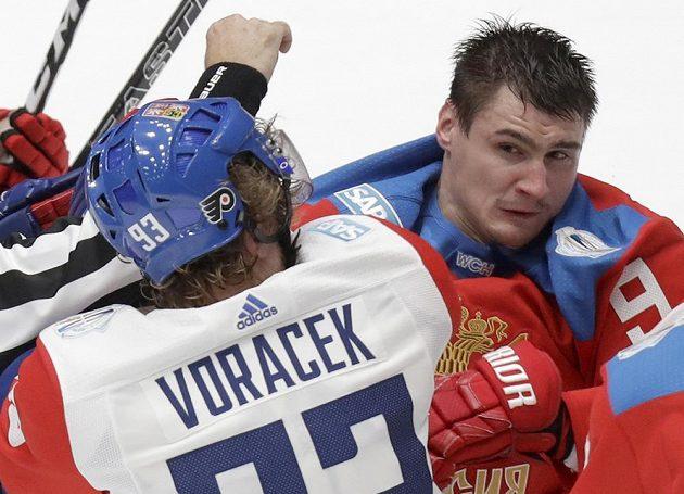Jakub Voráček v pěstním souboji s Dmitrijem Orlovem.