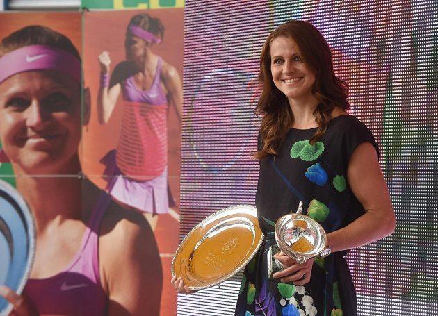 Lucie Šafářová, která vybojovala na Roland Garros v Paříži titul ve čtyřhře a byla ve finále dvouhry, při slavnostním přivítání v Prostějově.