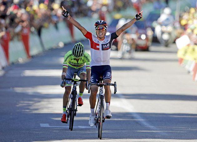 Kolumbijec Jarlinson Pantano se raduje z vítězství, za ním hrdina 15. etapy Tour de France Polák Rafal Majka.