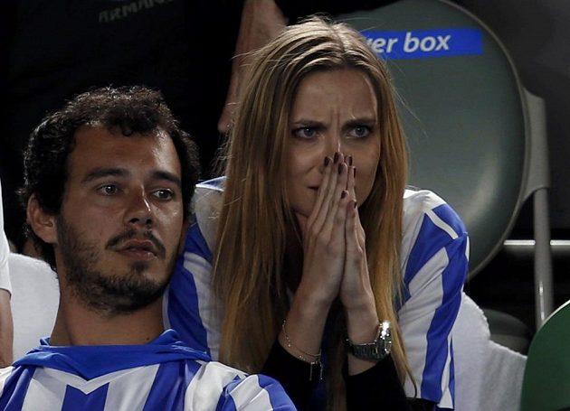 Přítelkyně Tomáše Berdycha Ester Sátorová sleduje semifinále Australian Open.