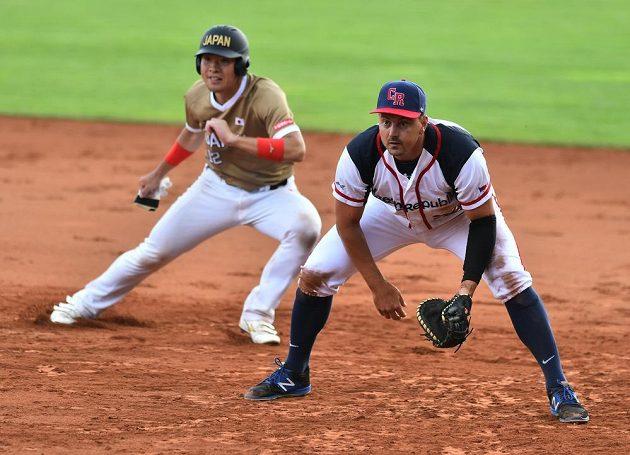 Cukasa Oiši z Japonska a český reprezentant Patrik Kolkus během utkání softbalového MS. Češi prohráli 3:4.