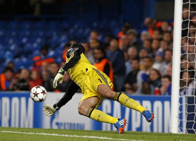 Brankář Petr Čech inkasuje gól z kopačky basilejského záložníka Mohameda Salaha.