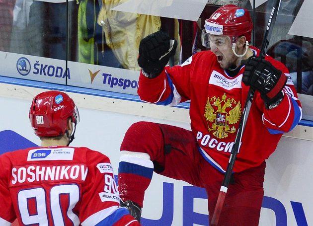 Autor druhého gólu Ruska Anton Lazarev se raduje se spoluhráčem Nikitou Sošnikovem (zády).
