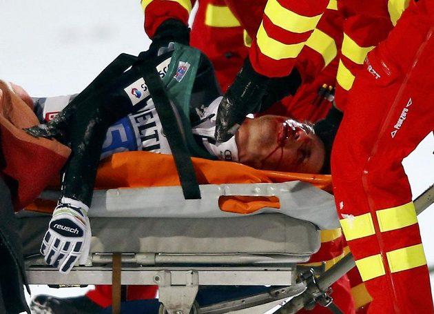 Švýcar Simon Ammann po pádu při závodě Turné v Bischofshofenu.
