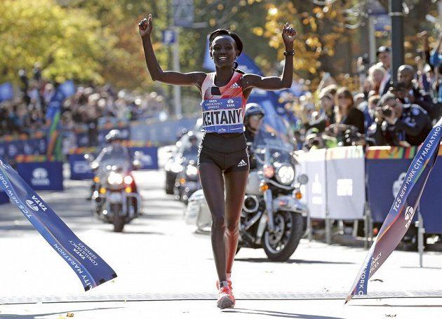 Vítězka kategorie žen Mary Keitanyová z Keni se v New Yorku radovala už potřetí za sebou.